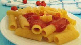 面团用乳酪是倾吐的番茄酱慢动作意大利语 股票视频