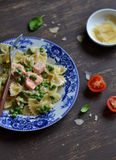面团用在一个乳脂状的调味汁的三文鱼和绿豆 免版税库存照片
