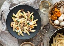面团用在土气桌面的蘑菇 免版税库存照片