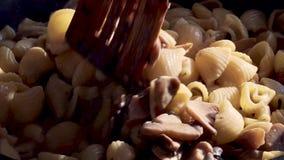 面团用在平底锅的蘑菇 股票录像