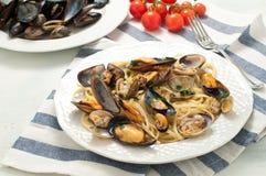面团用海鲜用淡菜和蛤蜊 图库摄影
