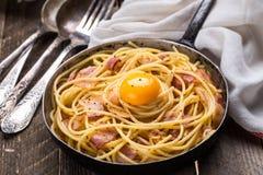 面团用烟肉、鸡蛋和乳酪 免版税库存图片