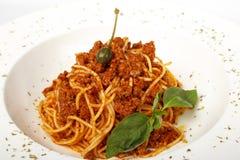 面团用肉、西红柿酱、巴马干酪和菜 库存照片