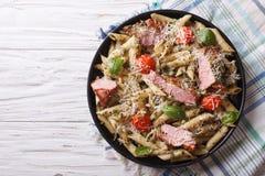 面团用肉、巴马干酪、蕃茄和pesto 水平的名列前茅vi 库存图片