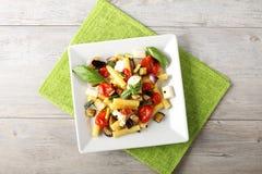 面团用茄子、西红柿和无盐干酪 免版税图库摄影