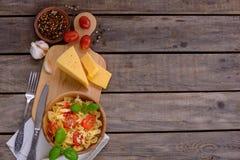 面团用蕃茄和调味汁与蓬蒿 免版税库存图片