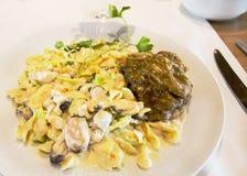 面团用虾和淡菜在那不勒斯的调味汁下用肉 库存图片