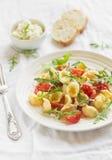 面团用西红柿、芝麻菜和巴马干酪 库存图片