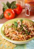 面团用西红柿酱、豌豆和烟肉 免版税库存照片