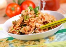 面团用西红柿酱、豌豆和烟肉 免版税库存图片
