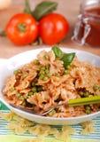 面团用西红柿酱、豌豆和烟肉 库存图片