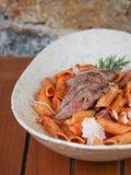 面团用西红柿酱和羊羔 免版税库存照片