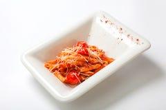 面团用西红柿酱洒与帕尔马干酪 免版税库存照片
