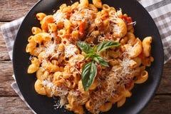 面团用豆和巴马干酪特写镜头 水平的顶视图 库存图片