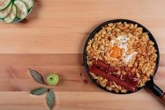 面团用鸡蛋和绿色苹果 免版税图库摄影
