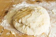 面团由面粉和土豆制成,在板条桌 库存照片