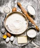 面团的准备 面团的成份-筛面粉,酸性稀奶油,黄油,与滚针的鸡蛋 库存图片