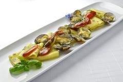 面团盘与蛤蜊的Paccheri通心面烤了蕃茄和Bas 免版税图库摄影