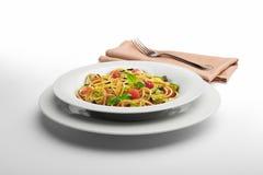 面团盘意粉和菜与餐巾和叉子 免版税库存图片
