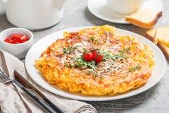 面团砂锅用鸡蛋、各式各样的蕃茄和乳酪 图库摄影