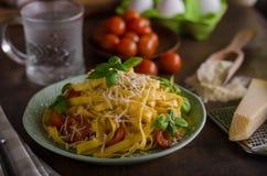 面团粗面粉用蕃茄和帕尔马干酪 库存图片