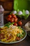 面团粗面粉用蕃茄和帕尔马干酪 免版税图库摄影
