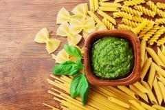 面团顶视图的意大利绿色pesto调味汁和收藏 文本的空的空间 在倾吐的餐馆沙拉的主厨概念食物新鲜的厨房油橄榄 免版税库存图片