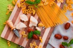 面团,蕃茄,蓬蒿,巴马干酪 库存照片