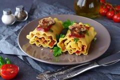 面团滚动与菜:辣椒粉,葱,橄榄,蘑菇,蕃茄,有橄榄油的玻璃瓶子在一块浅褐色的板材 库存图片