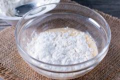 面团/面团为绉纱或薄煎饼做准备用小麦面粉在玻璃碗、牛奶、鸡蛋和油 库存图片
