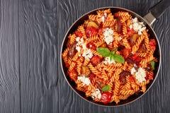 面团alla诺马用茄子,蕃茄,乳清干酪 免版税库存照片