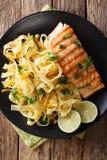 面团fetuccini用乳酪切达乳酪和烤三文鱼用草本 图库摄影