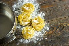 面团tagliatelle用在桌和平底锅上的面粉 库存照片