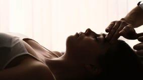 面孔一名妇女的按摩特写镜头温泉的 影视素材