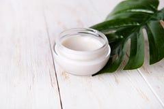 面孔奶油和妖怪白色木背景的 自然有机化妆脸面护理 免版税库存照片