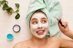 面孔护肤 应用面罩的妇女 免版税库存图片
