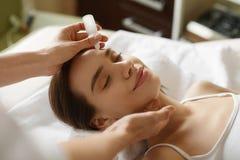 面孔护肤 得到在美容院的妇女血清治疗 库存照片
