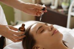 面孔护肤 得到在美容院的妇女血清治疗 免版税库存图片