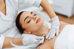 面孔护肤 金刚石Microdermabrasion削皮治疗, Bea 免版税图库摄影