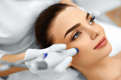 面孔护肤 面部与氢结合的Microdermabrasion削皮治疗 免版税库存图片