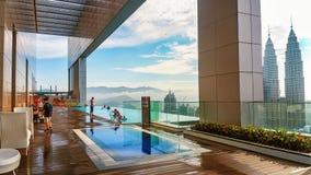 面孔旅馆俯视双子楼的无限水池 库存图片