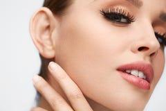 面孔构成 有长的睫毛的美丽的妇女,软的皮肤 免版税图库摄影