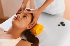 面孔温泉 在面部按摩期间的妇女 面孔治疗,护肤 免版税图库摄影
