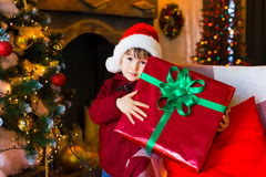 面孔,圣诞节帽子,树,礼物,严肃 免版税库存照片