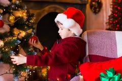面孔,圣诞节帽子,树,礼物,严肃 库存图片