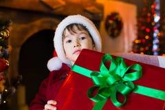 面孔,圣诞节帽子,树,礼物,严肃 免版税库存图片