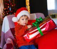 面孔,圣诞节帽子,树,礼物,严肃 免版税图库摄影