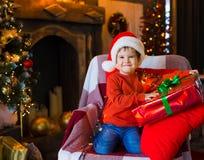 面孔,圣诞节帽子,树,礼物,乐趣 免版税库存图片