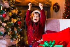 面孔,圣诞节帽子,树,礼物,乐趣 免版税库存照片