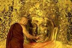 面孔洗涤Mahamuni仪式  免版税库存照片